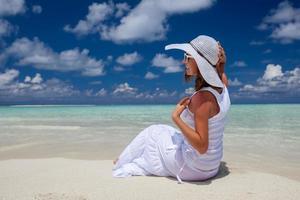 kaukasische Frau ruht an der schönen Küste foto