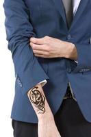 verstecktes Tattoo auf einem kaukasischen Geschäftsmann foto