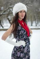 fröhliche kaukasische junge Frau bei schneebedecktem Wetter foto