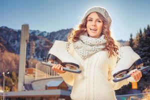 glücklicher kaukasischer Teenager, der zum Eislaufen im Freien geht