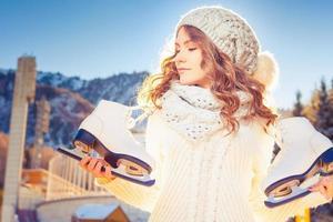 schöne kaukasische Frau, die zum Eislaufen im Freien geht