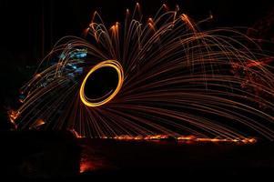 Farbbeleuchtung: Glühen durch Feuer in der Nacht gemalt (Lichtmalerei)