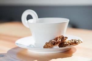 Tasse schwarzen Tee und Kekse.