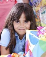 echte Menschen: kaukasisches kleines Mädchen, das Geburtstagsfeier feiert