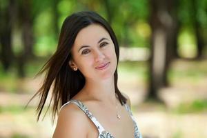 junge schöne kaukasische Frau ruht sich im Park aus foto