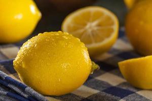 organische gelbe Zitronen auf einem Hintergrund foto