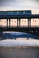 Bir Hakeim Brücke mit U-Bahn und Silhouette foto