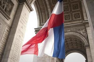 rote weiße und blaue Flagge, die unter einem großen Bogen weht foto