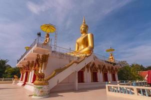 großer schöner goldener buddha in wat phathep nimit foto