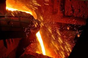 Gießen von geschmolzenem Stahl foto