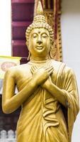 stehende thailändische goldene Buddha-Statue