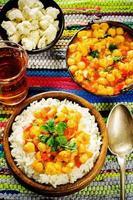 Reis mit Curry-Kichererbsen mit Gemüse und arabischem Fladenbrot mit Kräutern