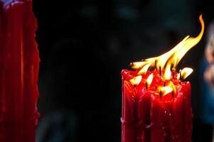 leuchtend glänzende rote Kerzen foto