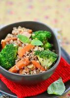 Buchweizengrütze mit Karottenspeck und Brokkoli foto