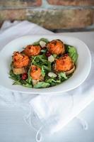Kürbis auf Vollkornbrot und Salat mit Preiselbeeren foto