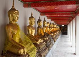 Reihe von Buddhas foto
