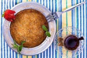 Kunefe mit türkisch heißem Tee foto
