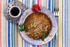 Kunefe Dessert mit türkischem Kaffee foto