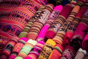 bunter Stoff auf dem Markt in Peru, Südamerika