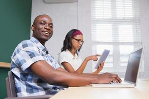 Geschäftsleute, die an Laptop und Tablet arbeiten foto