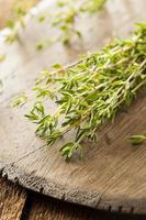 roher organischer grüner Thymian foto