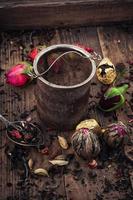 Zubehör für Tee in einer Vintage Holzkiste foto