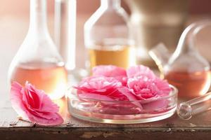 Aromatherapie und Alchemie mit rosa Blüten