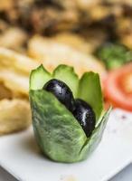traditionelles türkisches Meze - schwarze Oliven
