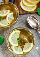 Tasse mit Minze und Zitronentee foto