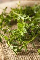 roher biologischer grüner Bohnenkraut foto