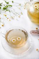 Kamillen-Kräutertee in einer weißen Tasse mit foto