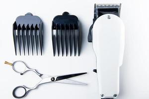 Haarschneideschere und Haarschneidemaschine für Friseure. foto