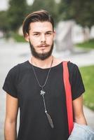 junger hübscher bärtiger Hipster-Mann foto