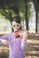 junger verrückter lustiger Musiker Geiger asiatischer Mann foto