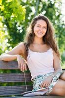 junge Frau sitzt auf Bank
