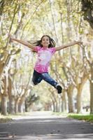 Tween Mädchen springen