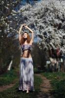 Porträt eines schönen Mädchens, das Bäume blüht