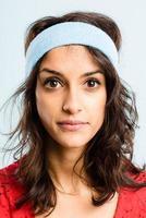 lustiger Frauenporträt realer Leute hochauflösender blauer Hintergrund