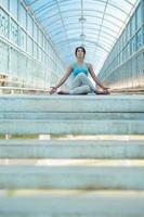 Frau, die Yogaübungen meditiert foto