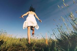 freie glückliche Frau, die läuft und springt