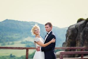Hochzeitspaar posiert vor dem Hintergrund des Berges. Brid