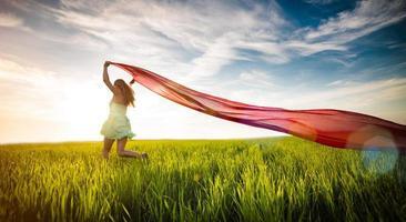 junge glückliche Frau im Weizenfeld mit Stoff. Sommer Lebensstil