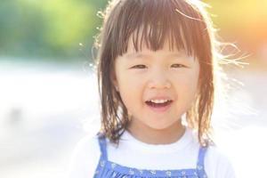 glückliches süßes kleines Mädchen foto