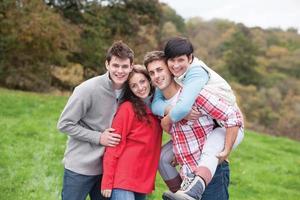 vier Freunde posieren im Freien foto