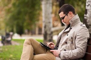 Männer im Park mit Laptop foto