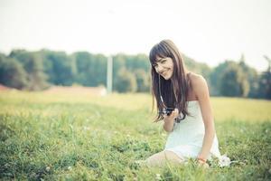 schöne junge Frau mit weißem Kleid Musik hören