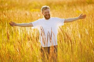 glücklicher bärtiger Mann foto