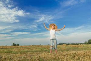 Porträt des glücklichen jugendlichen Bauern auf dem Feld foto