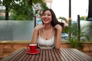 wundervolle Frau mit einem schönen Lächeln, das sich so gut anfühlt foto