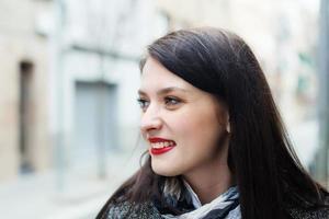 Frau in der Herbststraße foto